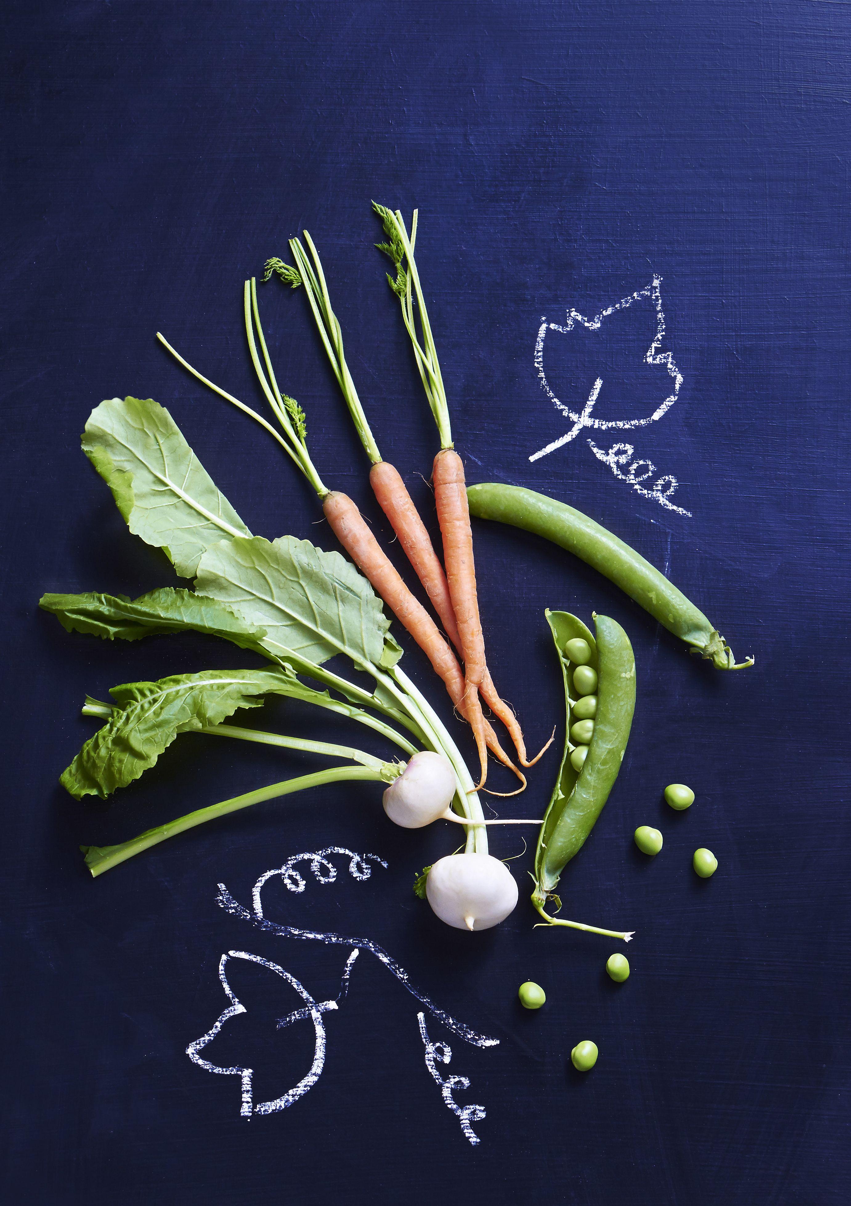 Salade van voorjaarsgroenten en gerookte kip
