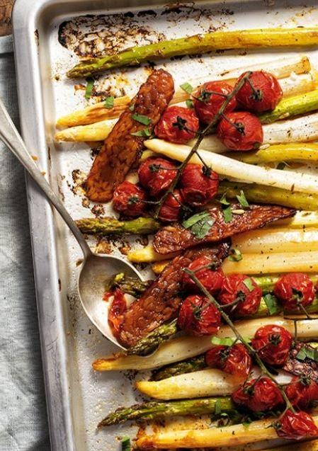Geroosterde asperges met 'bacon' van tempeh